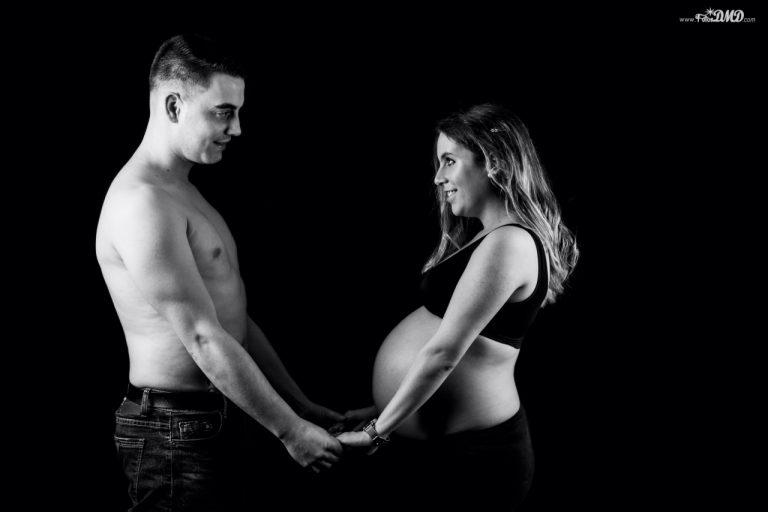 Fotografia de pareja en embarazo en estudio